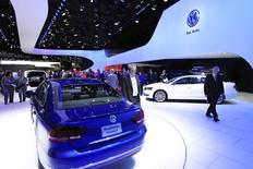 Visitors look at the Volkswagen Passat Blue Motion Concept during the North American International Auto Show in Detroit, Michigan January 15, 2014. REUTERS/Joshua Lott