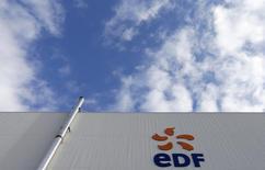 EDF (-1,48%) accuse la plus forte baisse de la Bourse de Paris à 13h30, quand le CAC hésite (+0,04% à 4.163,34 points). Des analystes souligne que le groupe est exposé aux pays émergents. /Photo d'archives/REUTERS/Vincent Kessler