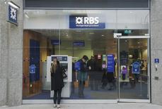 Royal Bank of Scotland a annoncé lundi avoir inscrit dans ses comptes de nouvelles provisions d'un montant global de près de trois milliards de livres (3,6 milliards d'euros) destinées à couvrir les coûts de divers litiges passés. /Photo d'archives/REUTERS/Luke MacGregor