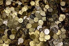 La Lituanie a fait part de son souhait d'intégrer la zone euro l'an prochain et de rejoindre ainsi les deux autres pays baltes, l'Estonie et la Lettonie. Les ministres des Finances de la zone euro et la Banque centrale européenne (BCE) adopteront une décision sur la candidature de Vilnius après la publication, prévue début juin, d'un rapport de la Commission sur sa capacité à adopter la monnaie unique. /Photo d'archives/REUTERS/Leonhard Foeger