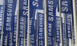 Unas banderas de Samsung flameando a las afueras de la Feria de Consumo Electrónico de Berlín, ago 28 2012. Google y Samsung Electronics Co Ltd, que suelen estar involucrados en demandas por violación de patentes pero no entre ellos, anunciaron el domingo que han alcanzado un acuerdo global de licenciamiento de patentes. REUTERS/Tobias Schwarz