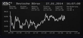 El panel de acciones del Dax en la Bolsa de Comercio de Fráncfort, Alemania, ene 27 2014. Las acciones europeas cerraron en baja el lunes, en niveles mínimos en más de un mes, arrastradas por descensos en los principales valores de los sectores telecomunicaciones y energía. REUTERS/Remote/Stringer