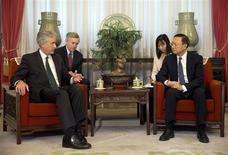 El subsecretario de Estado estadounidense, William Burns (a la izquierda en la imagen), junto al jefe de la diplomacia china, Yang Jiechi, en Pekín, ene 22 2014. El jefe de la diplomacia china llamó el lunes a considerar un acuerdo de libre comercio con la Unión Europea, un paso alguna vez impensable que ilustra una gran mejora en las relaciones entre dos de los mercados más grandes del mundo REUTERS/Alexander F. Yuan/Pool