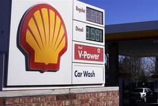 El logo de Shell en una gasolinera de la firma en Westminster, EEUU, ene 17 2014. El ente regulador de la industria petrolera de Brasil dijo que la empresa Shell debe negociar con el Gobierno brasileño respecto a una reserva de crudo que excede los límites del bloque en concesión que controla junto con la francesa Total, de acuerdo a un documento de la ANP al que Reuters tuvo acceso. REUTERS/Rick Wilking