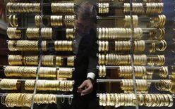 Золотые браслеты в ювелирном магазине в Стамбуле 5 декабря 2013 года. Цены на золото стабилизировались после падения в понедельник и накануне совещания ФРС, на котором центробанк предположительно сократит объем скупки облигаций. REUTERS/Murad Sezer