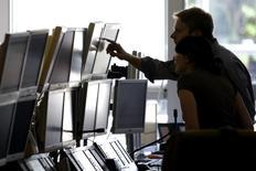 Трейдеры в офисе брокерской компании Global Equities в Париже 18 сентября 2008 года. Европейские фондовые рынки растут с отмеченного в понедельник месячного минимума благодаря высоким квартальным показателям Siemens. REUTERS/Charles Platiau