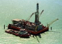 Буровая платформа на шельфе в казахстанской части Каспийского моря 25 февраля 2004 года. Крупнейшая нефтесервисная компания России Eurasia Drilling Company ожидает сохранения выручки в этом году на уровне прошлого года - $3,4-3,5 миллиарда за счет высокого спроса на бурение. REUTERS/Anatoliy Ustinenko