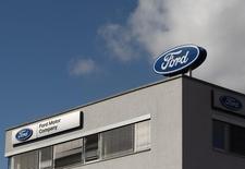 Ford, deuxième constructeur automobile américain, publie mardi un bénéfice trimestriel supérieur aux attentes, grâce à ses performances en Amérique du Nord qui ont compensé des pertes en Europe et en Amérique latine. /Photo d'archives/REUTERS/Heinz-Peter Bader