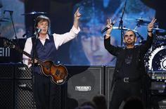 """Os ex-Beatles Paul McCartney e Ringo Starr se apresentam durante show em comemoração ao 50º aniversário da primeira aparição dos Beatles na TV norte-americana, em Los Angeles. Paul McCartney e Ringo Starr apresentaram, na companhia de outras estrelas da música, uma versão do clássico dos Beatles """"Hey Jude"""" em Los Angeles nesta segunda-feira à noite, para comemorar os 50 anos da primeira aparição da banda britânica na TV norte-americana. 27/01/2014. REUTERS/Mario Anzuoni"""