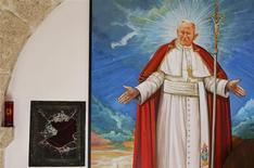 Un reliquaire contenant du sang du pape Jean Paul II a été dérobé dans une église de la région montagneuse des Abruzzes, au centre de l'Italie. /Photo prise le 28 janvier 2014/REUTERS/Max Rossi
