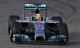 Piloto britânico da equipe Mercedes Lewis Hamilton durante sessão de teste na pré-temporada de Fórmua 1, no circuito de Jerez, no sul da Espanha. Hamilton saiu ileso de uma forte batida nesta terça-feira, quando fazia as primeiras voltas da pré-temporada e testava o novo carro da Mercedes,marcando o início de uma nova era turbo na Fórmula 1. 28/01/2014. REUTERS/Marcelo del Pozo