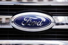 Logo de Ford en la nueva pickup F-150 2015, Nueva York, ene 13, 2014. Ford Motor Co reportó el martes utilidades mayores a lo esperado en el cuarto trimestre debido a que ganancias más altas en el mercado norteamericano contrarrestaron las pérdidas en Europa y Sudamérica. REUTERS/Lucas Jackson