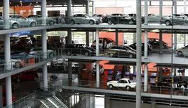 Les ventes de voitures neuves devraient augmenter de 2% cette année en Europe, une hausse qui mettra fin à six années de suite de contraction du marché automobile, a déclaré mardi l'Association des constructeurs européens d'automobiles (Acea), confortant ainsi l'opinion du nombre de dirigeants du secteur. /Photo prise le 17 mai 2013/REUTERS/Michaela Rehle