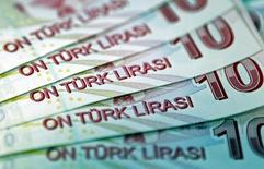 Банкноты номиналом 10 турецких лир в Стамбуле 28 января 2014 года. Турецкий Центробанк резко повысил все основные ставки на экстренном заседании во вторник вечером, пытаясь защитить от обесценения национальную валюту. REUTERS/Murad Sezer