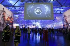 Electronic Arts a abaissé mardi son objectif de chiffre d'affaires pour l'exercice en cours, l'arrivée des nouvelles consoles Xbox One et PlayStation 4 ayant affecté les ventes des anciens jeux vidéos plus rapidement que prévu. Pour le troisième trimestre à fin décembre 2013-2014, l'éditeur de jeux vidéo a réalisé un chiffre d'affaires non-GAAP de 1,57 milliard de dollars contre 1,18 milliard un an auparavant et 1,66 milliard attendu par les analystes. /Photo d'archives/REUTERS/Ina Fassbender