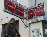 Люди проходят мимо пункта обмена валют в Москве 27 января 2014 года. Рубль подорожал в начале торгов среды, отразив тем самым положительный эффект для развивающихся рынков от решения турецкого ЦБ резко повысить ключевые ставки для защиты национальной валюты. REUTERS/Maxim Shemetov