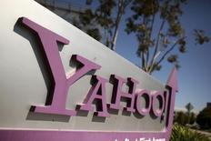 Логотип Yahoo у штаб-квартиры компании в Саннивейле, Калифорния, 16 апреля 2013 года. Выручка Yahoo Inc снизилась в четвертом квартале из-за падения цен на онлайн-рекламу. REUTERS/Robert Galbraith