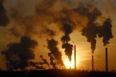 Дым поднимается над трубами завода в Ачинске 5 февраля 2007 года. Минэкономики России оценило рост российской экономики в 1,4 процента в 2013 году. Замедление темпов роста более чем вдвое по сравнению с 3,4 процента в 2012 году совпало с прогнозами чиновников, но не удовлетворило министра экономики. REUTERS/Ilya Naymushin