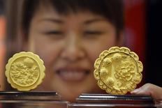 """Изделия из золота в виде традиционных китайских """"лунных пряников"""" в магазине в Тайюане 10 сентября 2013 года. Цены на золото снижаются накануне публикации заявления ФРС по итогам двухдневного совещания. REUTERS/Stringer"""