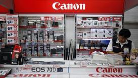 Секция техники Canon в магазине в Токио 24 октября 2013 года. Японская Canon Inc сообщила в среду, что ожидает умеренного роста выручки в нынешнем году, рассчитывая на слабую иену. REUTERS/Yuya Shino