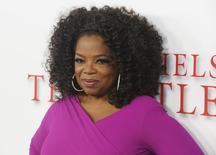 """Apresentadora Oprah Winfrey posa para foto na noite de estreia do filme """"O Mordomo da Casa Branca"""", em Los Angeles. Os cinquenta foram marcados por um festa televisionada, amigos célebres e um jantar de gala, mas o 60º aniversário de Oprah Winfrey vai ser calmo, comemorado em casa, na Califórnia, nesta quarta-feira. 12/08/2013. REUTERS/Fred Prouser"""