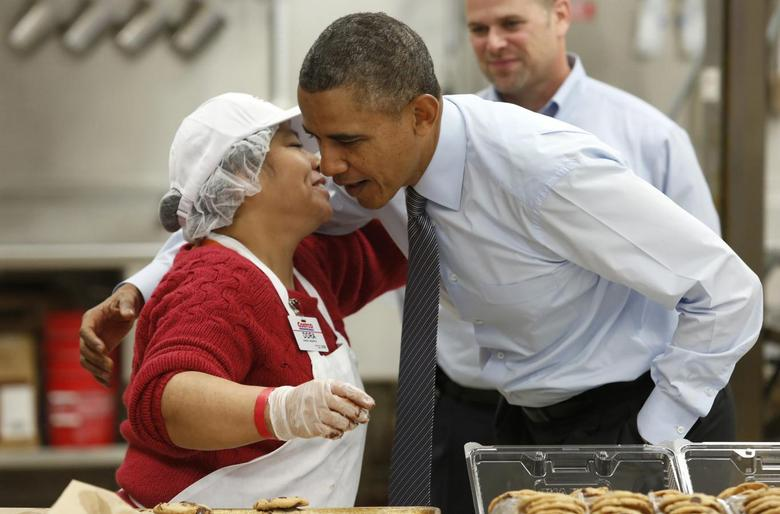 U.S. President Barack Obama greets a worker as he tours Costco Wholesale in Woodmore Towne Centre in Lanham, Maryland January 29, 2014. REUTERS/Yuri Gripas