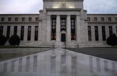 Здание ФРС США в Вашингтоне 31 июля 2013 года. Федеральная резервная система США сократила скупку активов на $10 миллиардов до $65 миллиардов в месяц и сохранила ключевую ставку федерального финансирования в диапазоне 0,00-0,25 процента годовых, как и ожидало большинство экономистов. REUTERS/Jonathan Ernst