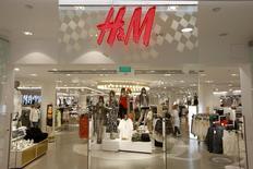 Malgré des résultats au quatrième trimestre inférieurs aux attentes, le groupe suédois Hennes & Mauritz (H&M), numéro deux mondial du prêt-à-porter derrière l'espagnol Inditex (Zara), se dit optimiste pour 2014. /Photo d'archives/REUTERS/Arnd Wiegmann