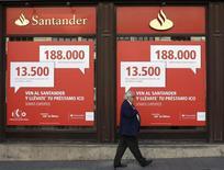 Мужчина проходит мимо отделения банка Santander в Мадриде 11 октября 2013 года. Испанский банк Santander, крупнейший банк еврозоны, сообщил об оказавшейся ниже ожиданий чистой прибыли от кредитования в четвертом квартале 2013 года, хотя общая прибыль более чем удвоилась по сравнению с предыдущим годом благодаря сокращению выплат на покрытие просроченных кредитов на недвижимость. REUTERS/Juan Medina