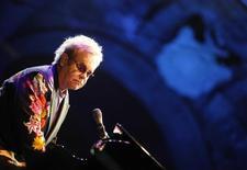Pop singer Elton John performs for the Piedigrotta festival at Plebiscito Square in Naples September 11, 2009. REUTERS/Ciro de Luca/Agnfoto