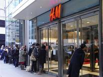 Unas personas esperan en fila para ingresar a una tienda de la cadena H&M en Nueva York, nov 13 2008. Un fuerte gasto familiar y un aumento de las exportaciones mantuvieron a la economía de Estados Unidos en terreno firme durante el cuarto trimestre, pero un estancamiento de los salarios podría ensombrecer parte del impulso a principios del 2014. REUTERS/David Yeo/Files