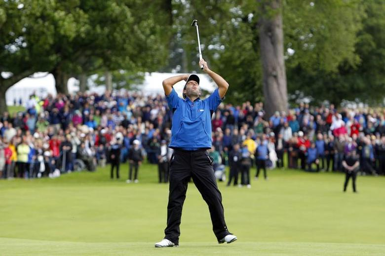 Italy's Edoardo Molinari reacts to his first putt on the eighteenth green before winning the Scottish Open golf tournament at Loch Lomond golf course near Glasgow, Scotland July 11, 2010. REUTERS/David Moir