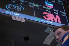 Un operador en la estación de trabajo donde se cotizan papeles de Chevron, PVR Partners y 3M en la bolsa de Nueva York, oct 24 2013. La empresa de manufacturas 3M Co reportó el jueves ventas trimestrales menores a las que esperaba el mercado, perjudicada por un retroceso de su negocios de consumidores y el lento crecimiento en América Latina. REUTERS/Brendan McDermid/Files (