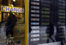 Una casa de cambios en Budapest, ene 30 2014. Los inversionistas ignoraban el jueves los esfuerzos de varios bancos centrales para contener los estremecidos mercados emergentes, y continuaban vendiendo acciones y bonos, debilitando aún más a las monedas. REUTERS/Laszlo Balogh