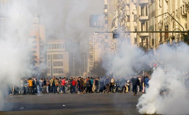 Anti-government protesters and members of the Muslim Brotherhood flee after teargas were fired by riot police during clashes at Ramsis street, which leads to Tahrir Square in downtown Cairo, on the third anniversary of Egypt's uprising, January 25, 2014. REUTERS/Amr Abdallah Dalsh