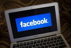 El logo de Facebook en la pantalla de un ordenador portátil en Ventura, EEUU, dic 21 2013. as acciones de Facebook subían el jueves un 16 por ciento a un precio máximo histórico, después de que la compañía reportó un fuerte crecimiento en sus ingresos que evidenció el éxito del presidente ejecutivo Mark Zuckerberg en su estrategia de vender publicidad en la aplicación móvil de la red social. REUTERS/Eric Thayer