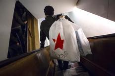 Foto de archivo que muestra a un consumidor bajando las escaleras en la tienda de Macy's en Herald Square en Nueva York. Un fuerte gasto familiar y un aumento de las exportaciones mantuvieron a la economía de Estados Unidos en terreno firme durante el cuarto trimestre, pero un estancamiento de los salarios podría ensombrecer parte del impulso a principios del 2014. Foto tomada el 28 de noviembre del 2013. REUTERS/Eric Thayer