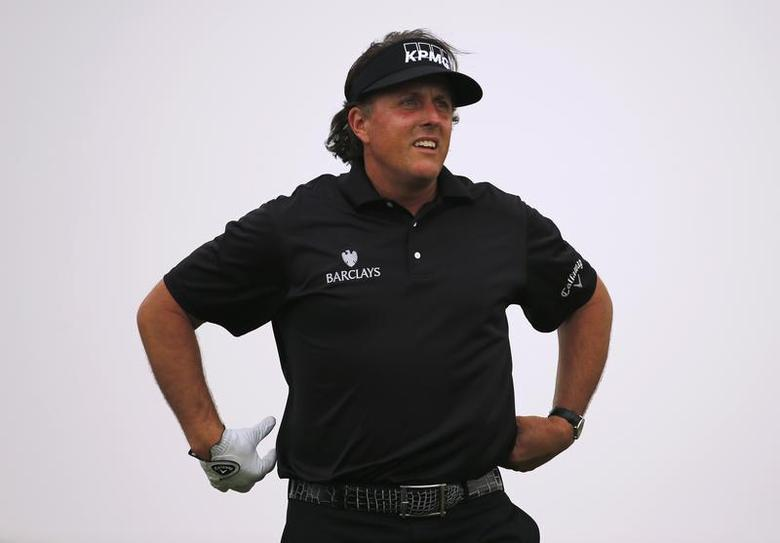 Phil Mickelson of the U.S. watches his tee on the third hole during Abu Dhabi Golf championship January 19, 2014. REUTERS/Ahmed Jadallah