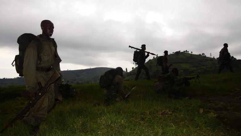 Congolese soldiers advance against the M23 rebels near the Rumangabo military base in Runyoni, 58 km (36 miles) north of Goma, October 31, 2013. REUTERS/Kenny Katombe