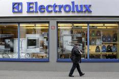 Человек проходит мимо магазина Electrolux в Риге 12 ноября 2013 года. Второй крупнейший мировой производитель бытовой техники Electrolux повысил прогноз для европейского рынка на 2014 год, сообщив, что ожидает роста долго находившегося под давлением спроса после публикации не оправдавшего прогнозы отчета за четвертый квартал. REUTERS/Ints Kalnins