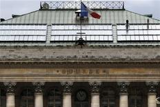 Les Bourses européennes ont ouvert en baisse vendredi, les inquiétudes concernant les résultats trimestriels et l'impact sur les marchés émergents de la nouvelle réduction des achats d'actifs de la Fed ayant annulé l'effet positif de la croissance plus forte que prévue aux Etats-Unis annoncée la veille. À Paris, le CAC 40 perd 0,28% à 4.168,25 points vers 9h40, Francfort cède 0,85 et Londres 0,34%. L'indice paneuropéen EuroStoxx 50 recule de 0,59%. /Photo prise le 8 février 2013/REUTERS/Charles Platiau