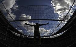 """Голкипер """"Порту"""" Фабиану готовится отбить пенальти в товарищеском матче против """"Галатасарая"""" на турнире Emirates Cup в Лондоне 3 августа 2013 года. REUTERS/Toby Melville"""