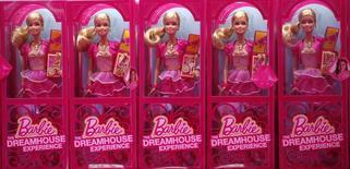 Куклы Barbie на полке магазина в Берлине 15 мая 2013 года. Квартальная прибыль и выручка крупнейшего в мире производителя игрушек Mattel Inc не оправдали прогнозы Уолл-стрит из-за слабого спроса в США во время праздничного сезона покупок. REUTERS/Fabrizio Bensch