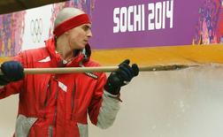 Funcionário prepara pista para as Olimpíadas de Inverno de 2014 em Sochi, Rússia. 31/01/2014 REUTERS/Arnd Wiegmann