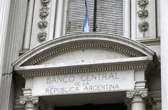 La sede del Banco Central de Argentina en el centro de Buenos Aires, oct 16 2013. La fuerte caída de las reservas internacionales del Banco Central argentino es coyuntural y se revertirá apenas ingresen divisas de exportaciones pendientes de liquidación, dijo el viernes el Gobierno del país sudamericano. REUTERS/Enrique Marcarian