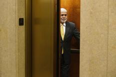 """Foto del viernes de Ben Bernanke subiéndose a un ascensor tras abandonar por última vez su oficina en la Reserva Federal en Washington. Ene 31 2014. Bernanke no vaciló cuando se le preguntó si tenía confianza en que funcionaría su respuesta a la Gran Recesión. """"Bien, el problema con el alivio cuantitativo es que funciona en la práctica pero no funciona en la teoría"""", dijo el jefe del banco central estadounidense a principios de este mes durante su última aparición pública. REUTERS/Jonathan Ernst"""