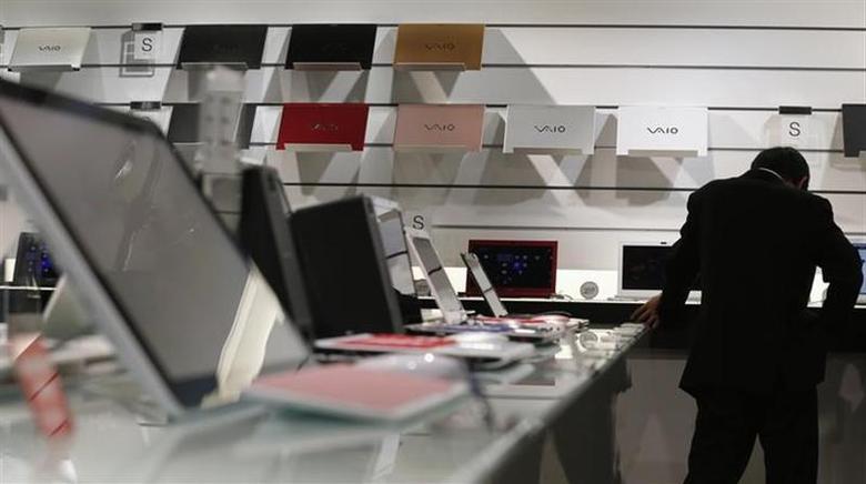 A visitor takes a look at Sony's Vaio laptops at its showroom in Tokyo November 22, 2012. REUTERS/Kim Kyung-Hoon/Files