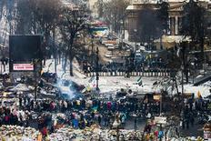 Баррикады протестующих и шеренга бойцов милиции со щитами в центре Киева 1 февраля 2014 года.  REUTERS/Thomas Peter