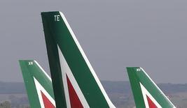 Etihad Airways et Alitalia en sont à la phase finale de la consultation des comptes, procédure qui pourrait déboucher sur une entrée au capital de la compagnie aérienne d'Abu Dhabi dans son homologue italienne. /Photo prise le 10 décembre 2013/REUTERS/Max Rossi