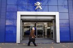 PSA Peugeot Citroën, à suivre lundi à la Bourse de Paris. Le ministre du Redressement productif, Arnaud Montebourg, a reproché vendredi au groupe de ne pas tenir ses engagements de reclassement des salariés de l'usine d'Aulnay qui fermera cette année, suscitant un prompt démenti de la part du constructeur automobile. /Photo d'archives/REUTERS/Charles Platiau